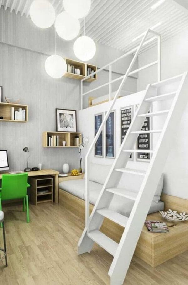 Cama solteiro mezanino otimiza o espaço deste dormitório
