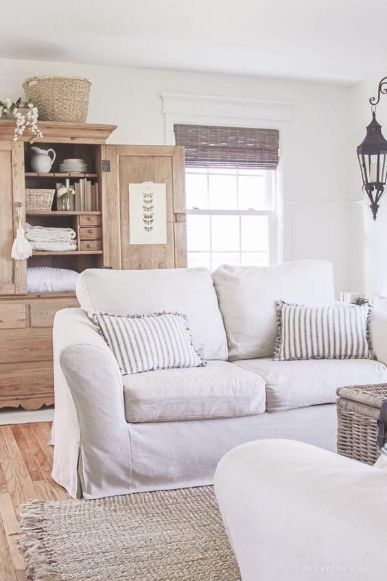 Capa de sofá branca para sala clean e iluminada