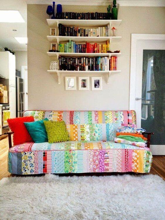 Capa de sofá colorido feito de patchwork