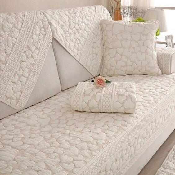 Capa de sofá com estampa de corações e almofada combinando
