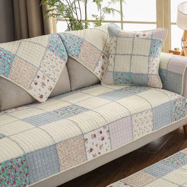 Capa de sofá estilo patchwork com tons de azul