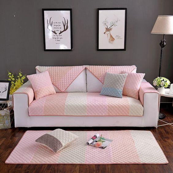 Capa de sofá rosa e cinza com tapete combinando