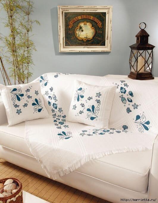 Capa de sofá branca com detalhes em azul