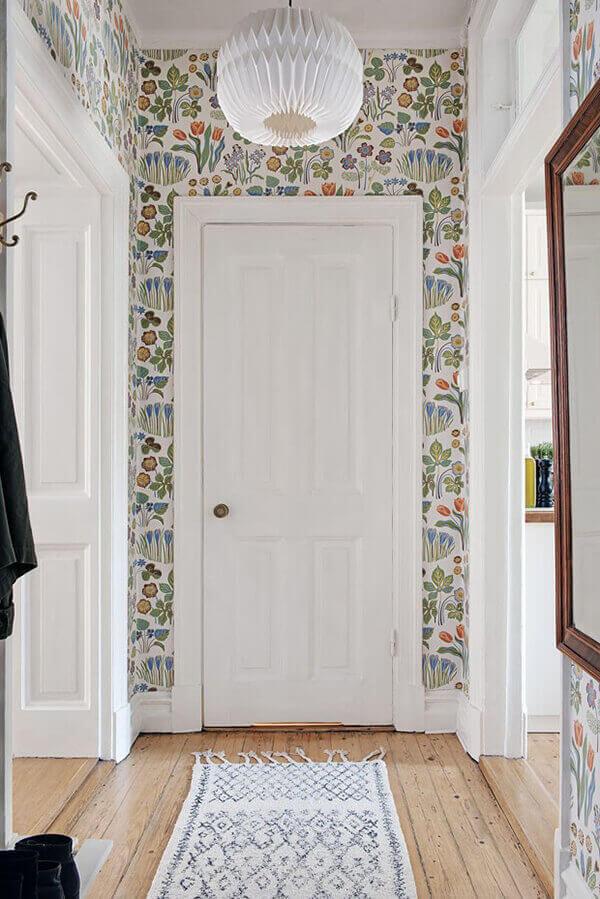 Casa colorida com papel de parede e porta branca