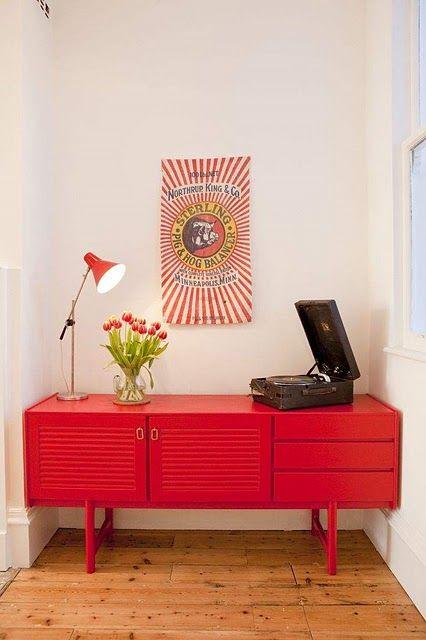 Casa com aparador retro vermelho e vitrola na decoração