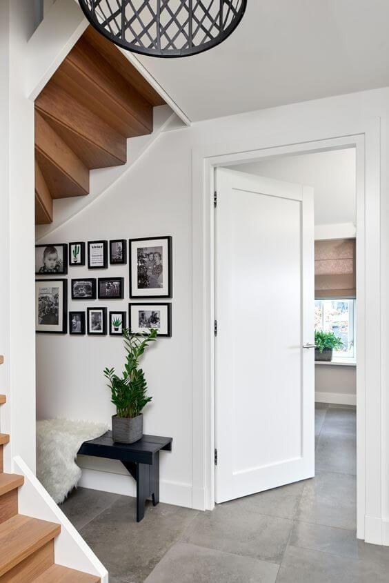 Casa com porta branca para quarto