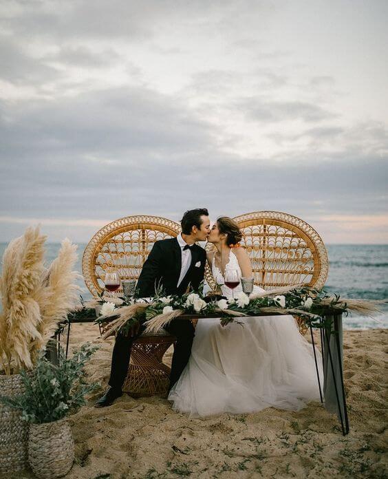 Casamento na praia com poltrona de vime