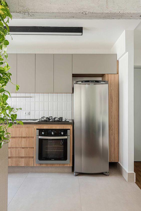 Cerâmica para cozinha branca com armários de madeira