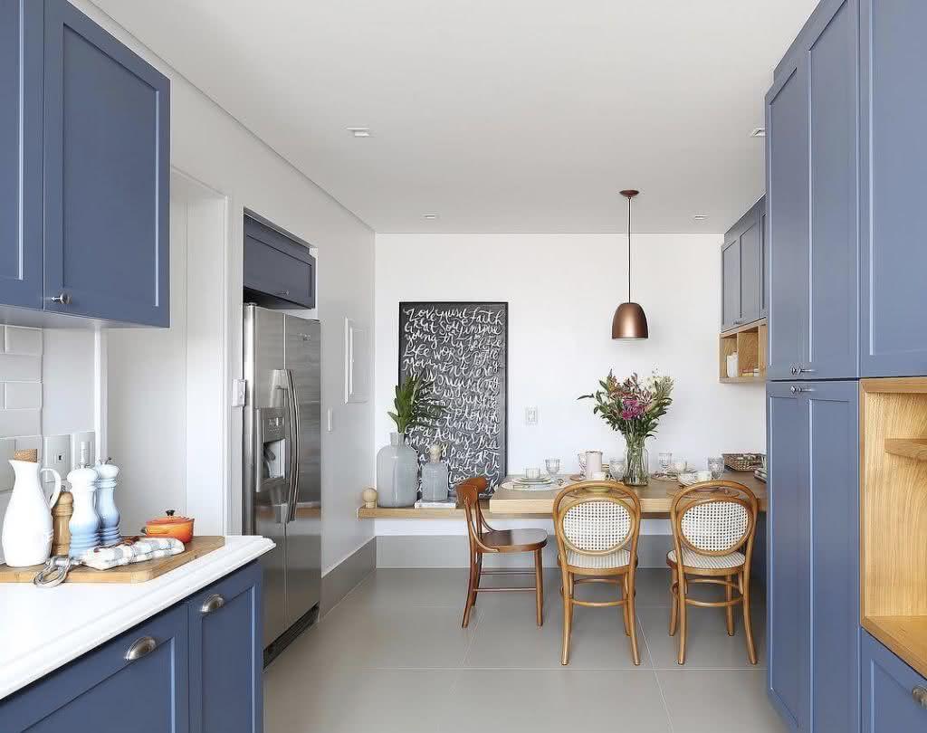 Cerâmica para cozinha com armários azuis