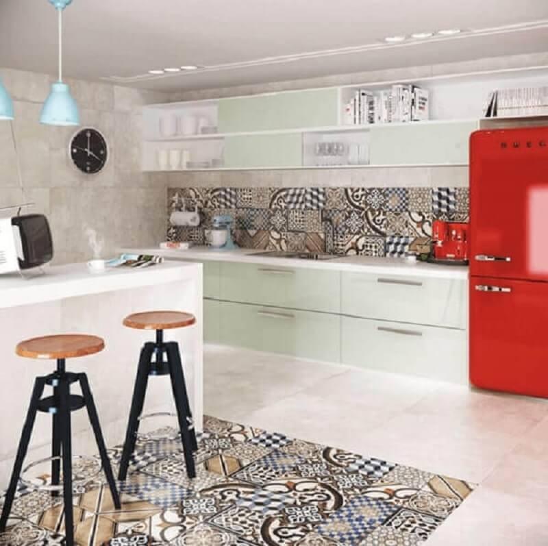 Cerâmica para cozinha com geladeira vermelha