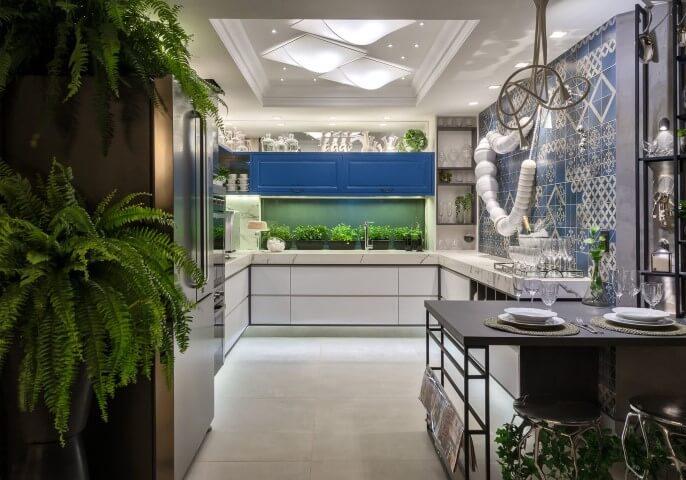 Cerâmica para cozinha em tons claros e decoração com plantas