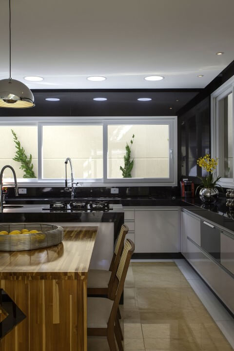 Cerâmica para cozinha na cor bege com armários brancos