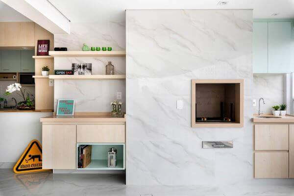 Churrasqueira com revestimento marmorizado branco