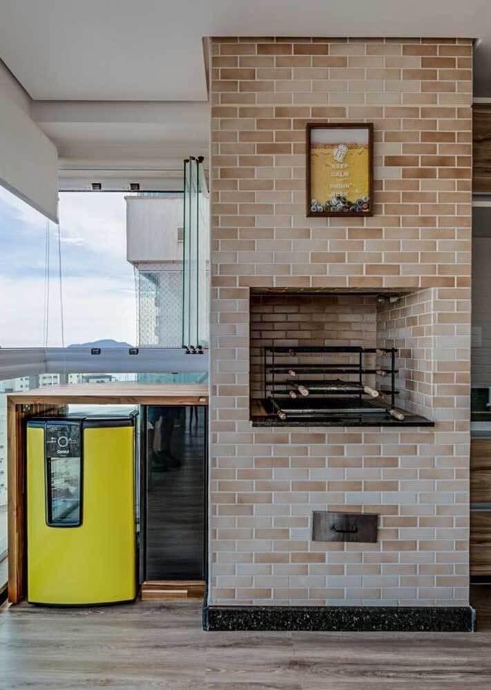 Churrasqueira de tijolinho pequena na varanda gourmet de apartamento