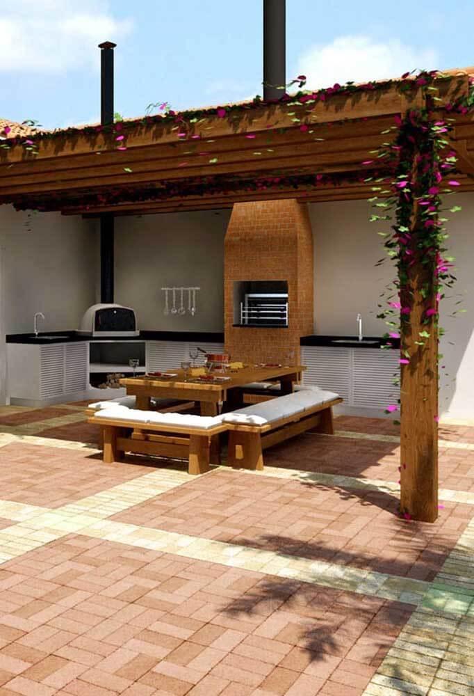 Churrasqueira de tijolo na área gourmet ampla