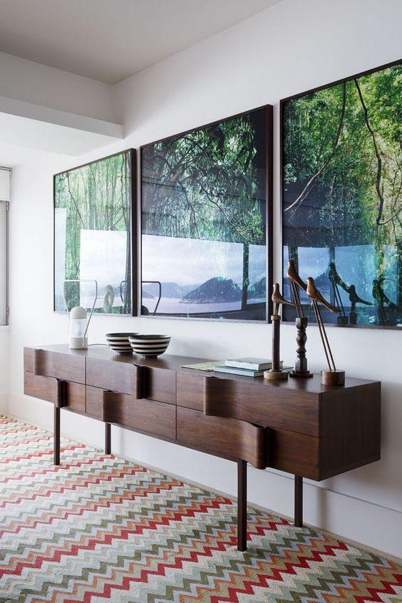 Cores de móveis de madeira com quadros coloridos na decoração