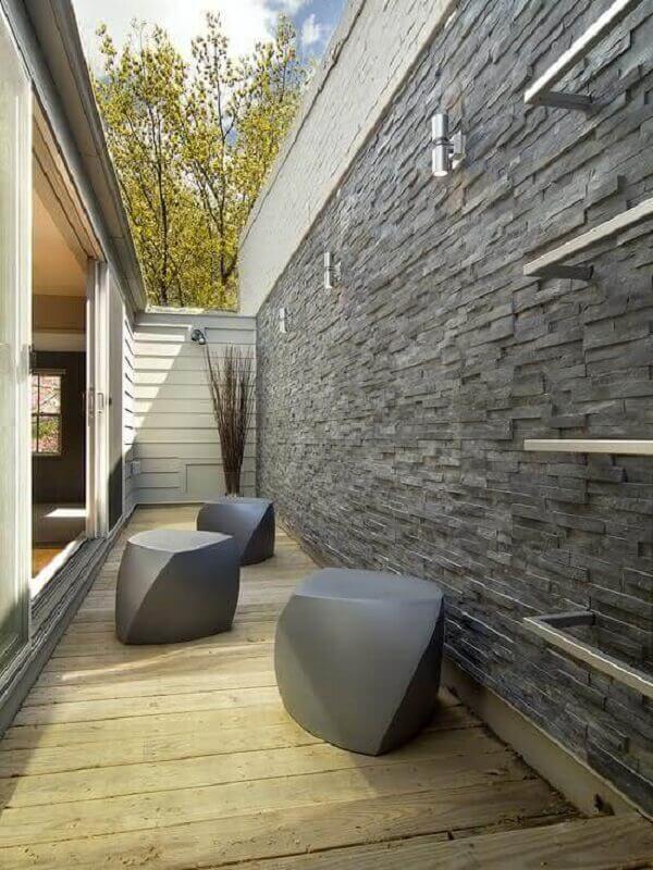 Corredor com revestimento de pedra ardósia traz sofisticação ao ambiente