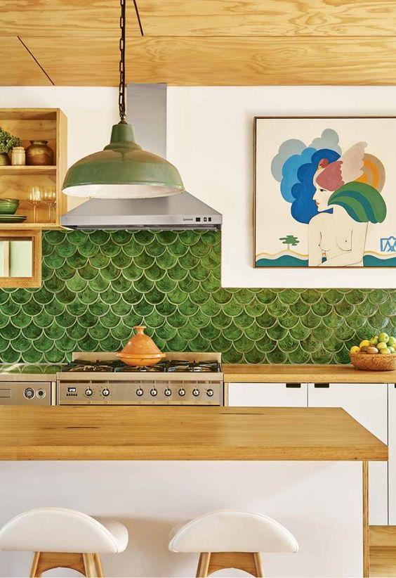 Cozinha americana moderna com revestimento verde
