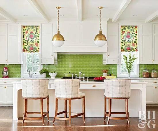Cozinha americana verde com armários brancos