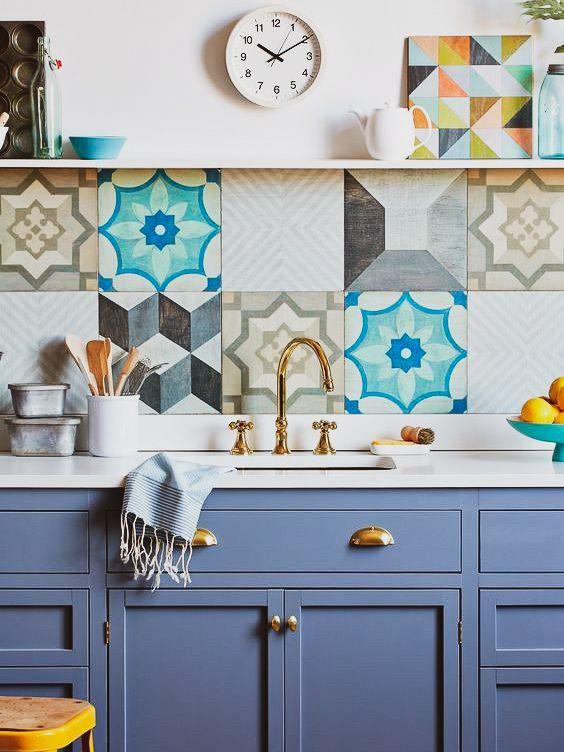 Cozinha azul com azulejo retro colorido