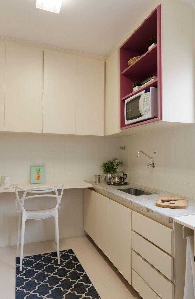Cozinha branca com cerâmica para cozinha em tons claros