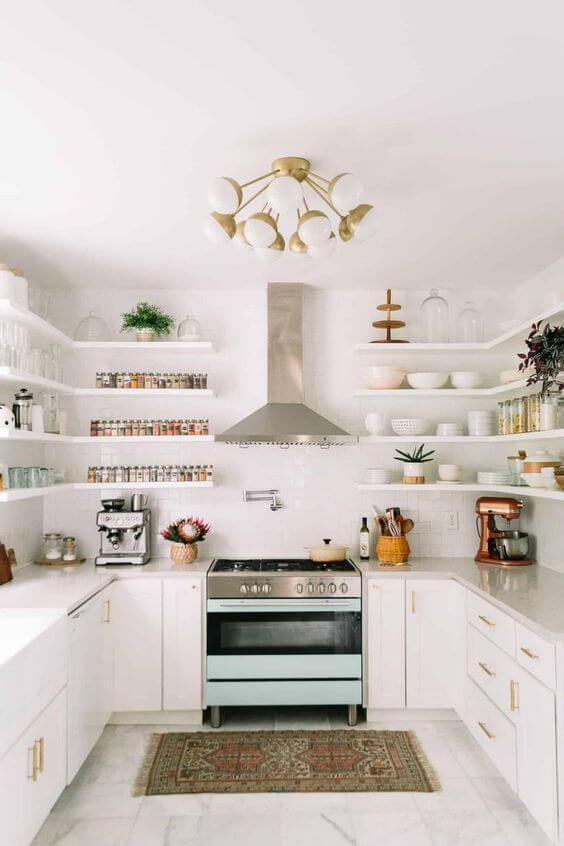 Cozinha branca com mão francesa