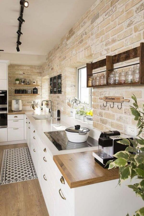 Cozinha branca com revestimento bege