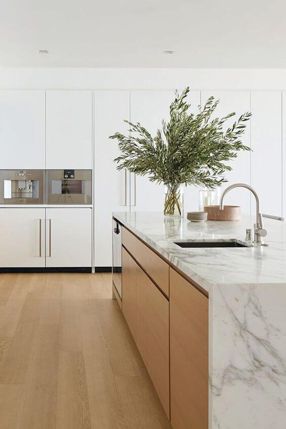Cozinha clean com revestimento marmorizado no balcão