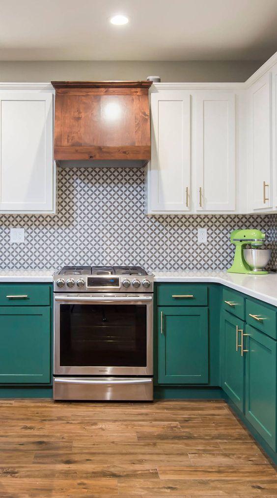 Cozinha com armários verdes e revestimento branco e verde
