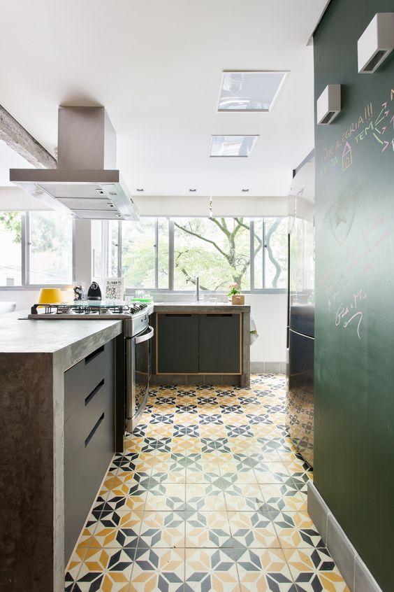 Cozinha com azulejo retro amarelo e cinza