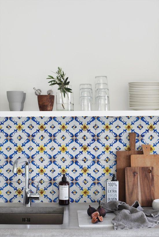 Cozinha com azulejo retro azul e amarelo