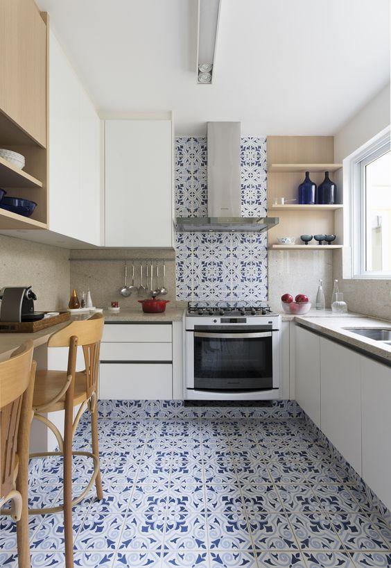 Cozinha com azulejo retro azul e branca