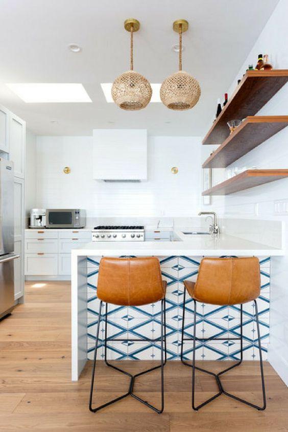 Cozinha com azulejo retro branco e azul moderno