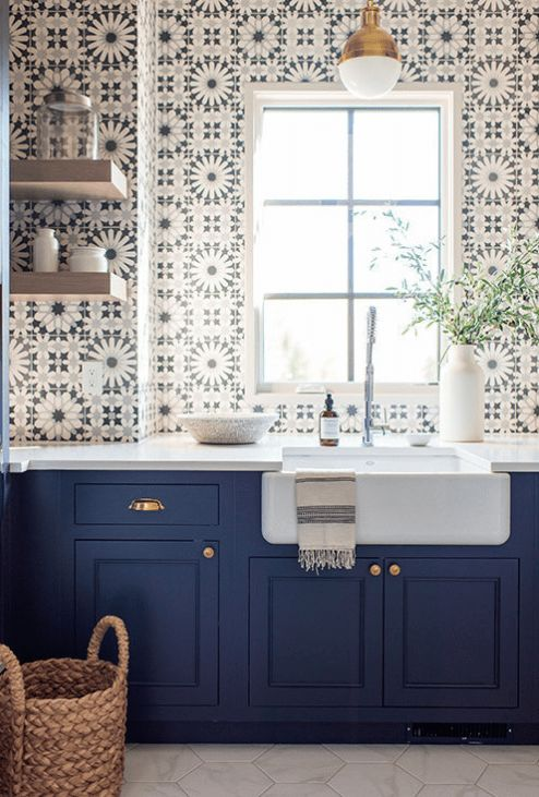 Cozinha com azulejo retro e armários azuis