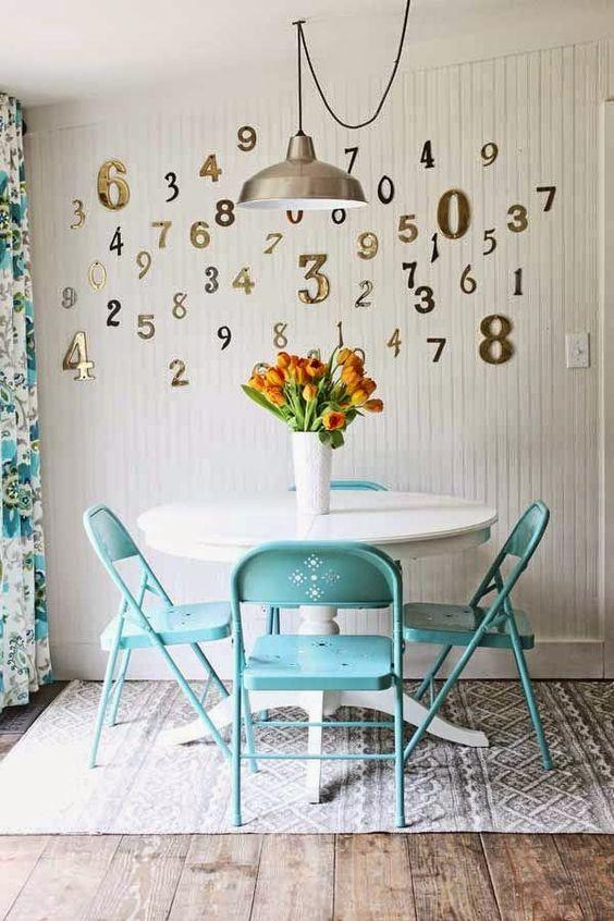 Cozinha com cadeira de ferro azul