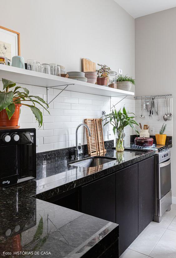 Cozinha com mão francesa preta e prateleira branca