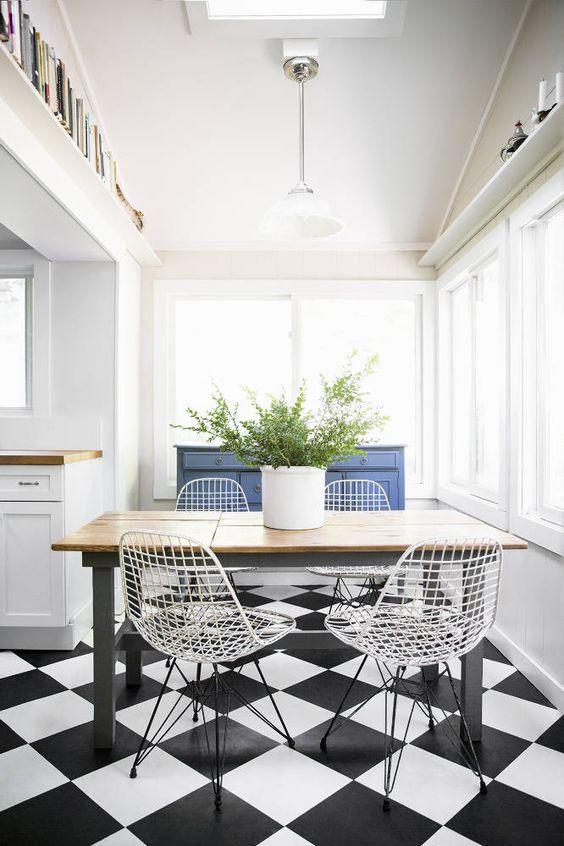 Cozinha com mesa pequena e cadeira de ferro branca