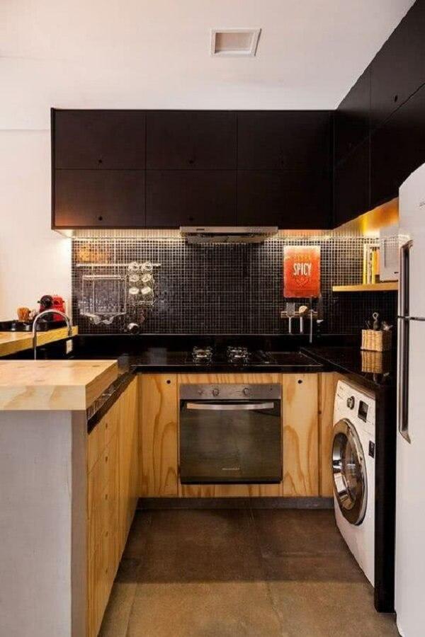 Cozinha com pastilha preta e bancada de marcenaria