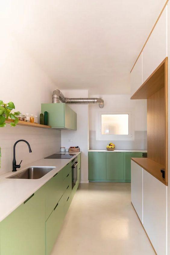 Cozinha com piso cerâmico claro