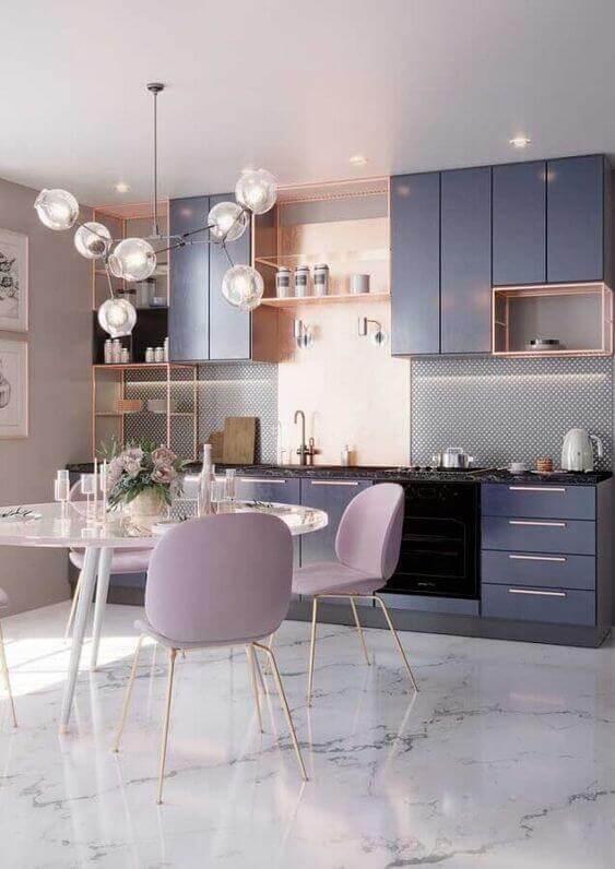 Cozinha com piso marmorizado branco
