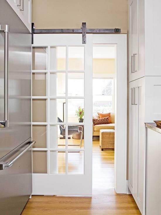 Cozinha com porta branca de vidro