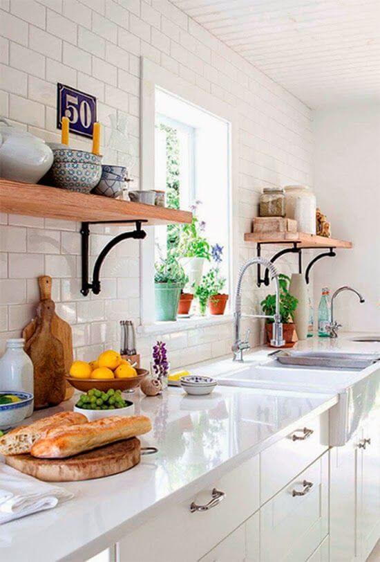 Cozinha com prateleira e mão francesa de ferro