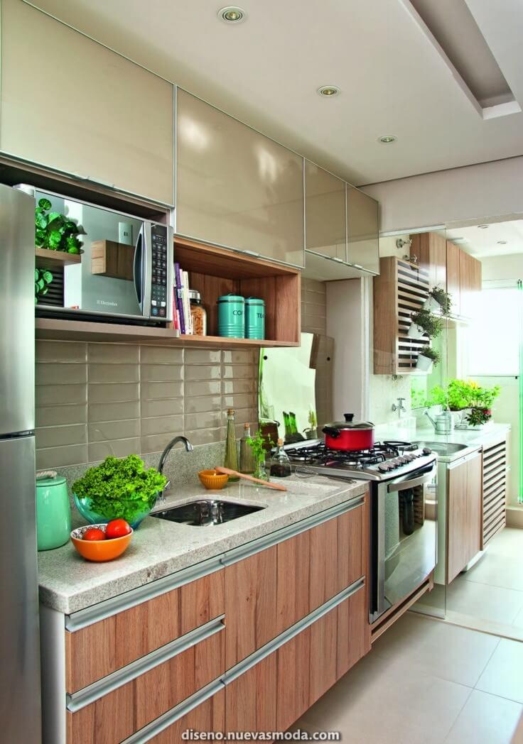 Cozinha com revestimento bege e armário de madeira