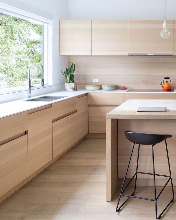 Cozinha com revestimento bege e moveis de madeira