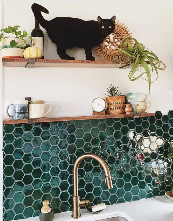 Cozinha com revestimento hexagonal verde