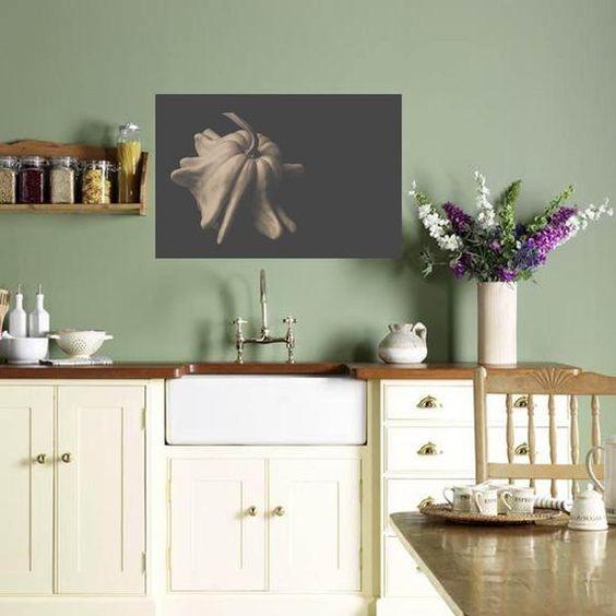 Cozinha com revestimento verde claro e armários claros