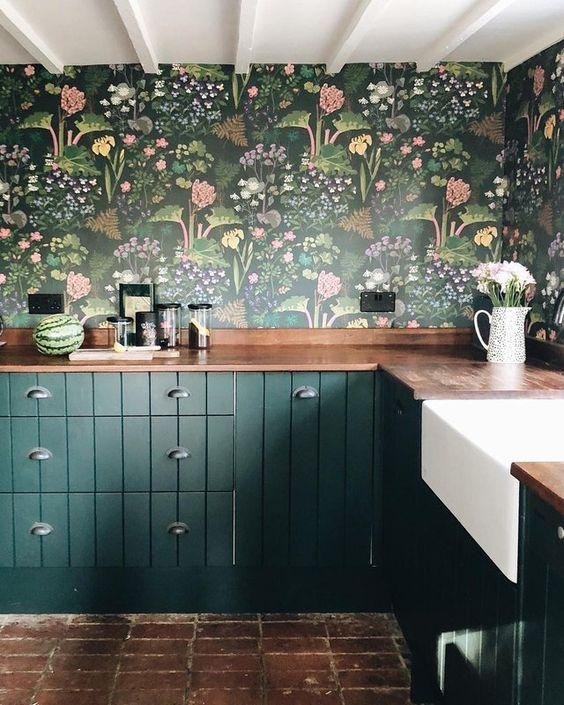 Cozinha com revestimento verde floral