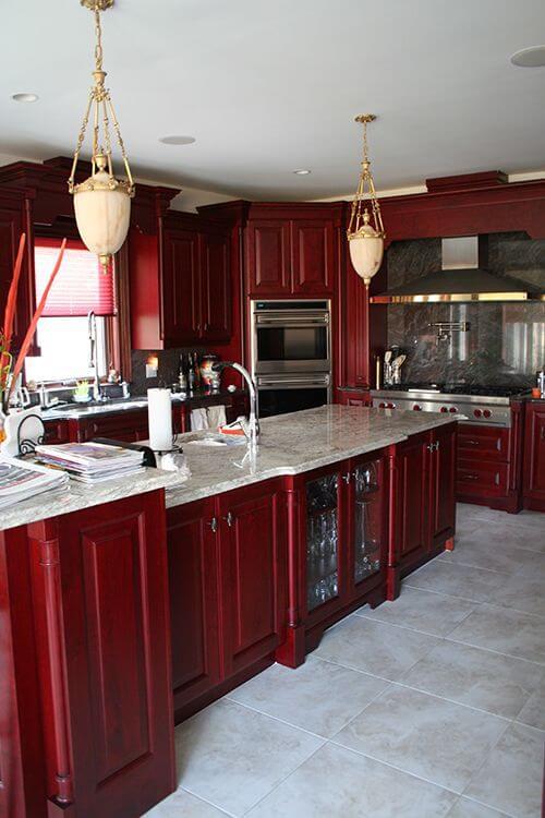Cozinha cor vinho com pisos e revestimentos brancos