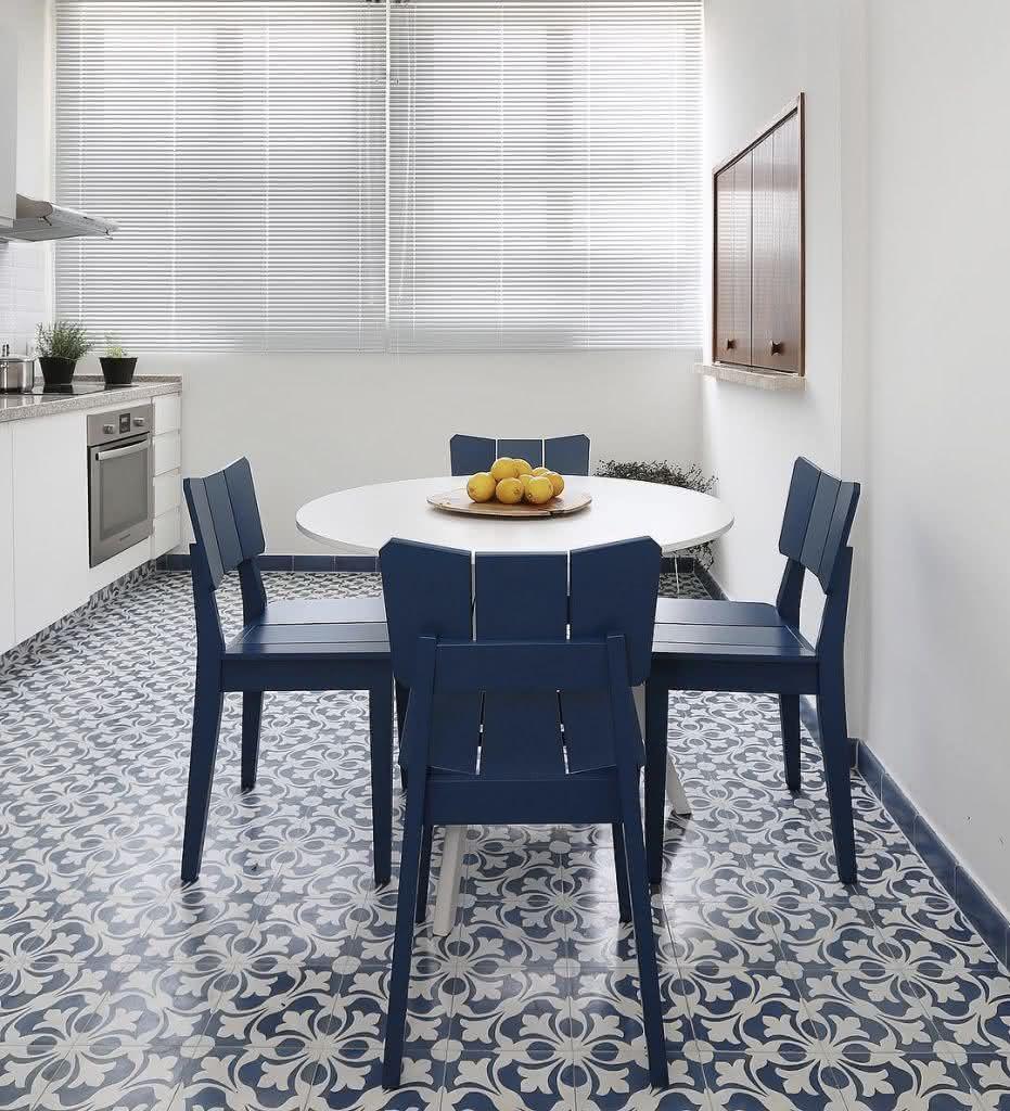 Cozinha criativa com cerâmica azul e branca