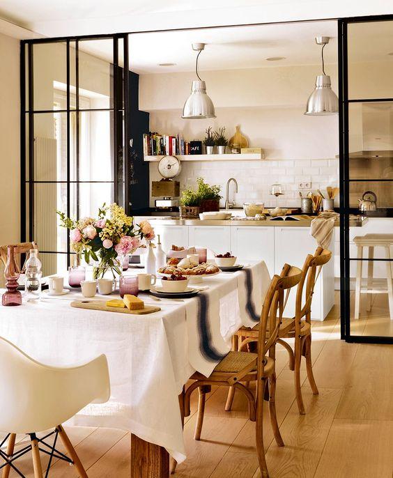 Cozinha integrada com sala de estar dividida por porta de correr